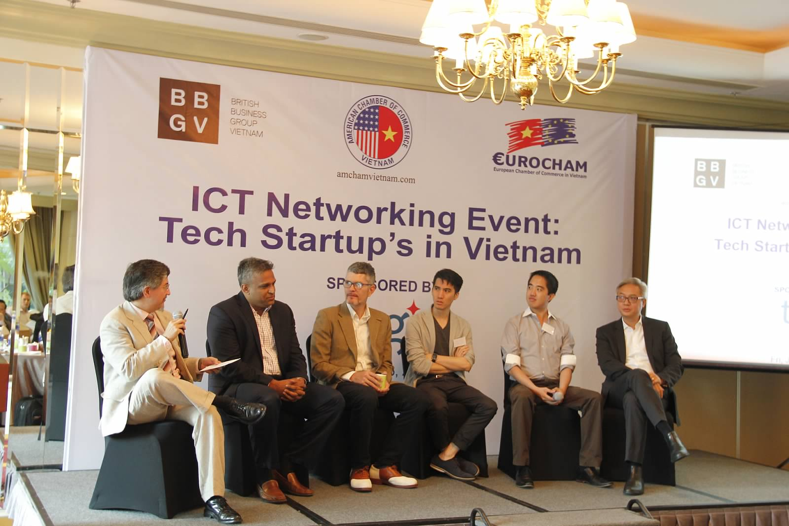 Mr. Rick and speakers were answering questions about tech start-ups in Vietnam