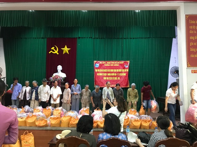 TRG presented gifts to the elders in Hue